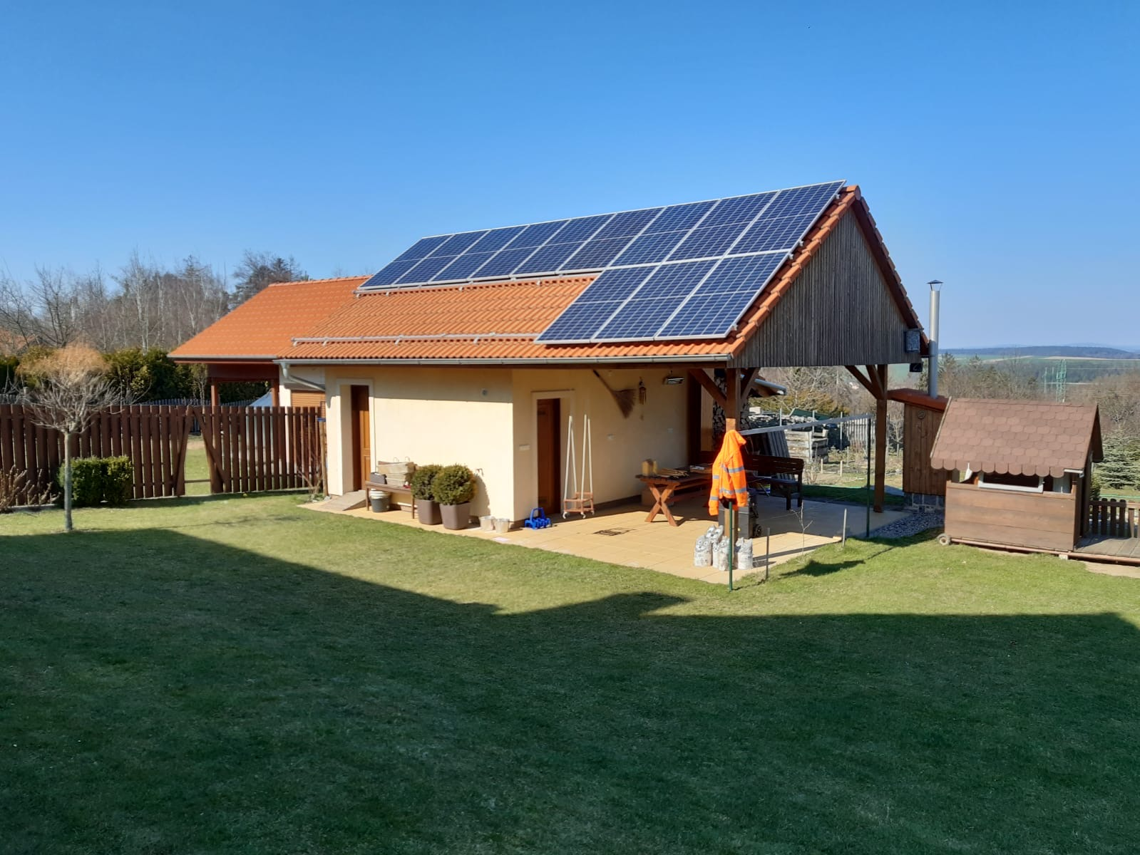 Fotovoltaické panely na střeše rodinného domu